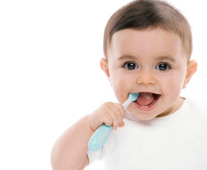 đánh răng cho bé